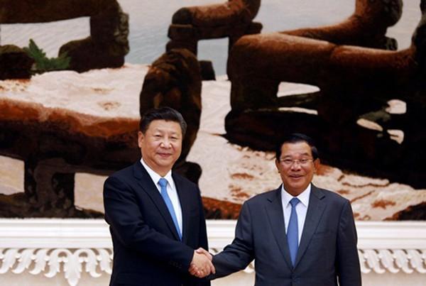 Chủ tịch Trung Quốc hôm qua bắt tay Thủ tướng Campuchia tại Phnom Penh. Ảnh:Reuters
