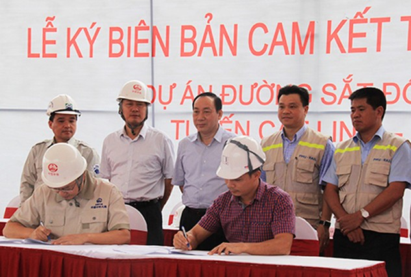 Tổng thầu Trung Quốc ký cam kết tiến độ với các nhà thầu phụ. Ảnh: Đ.Loan