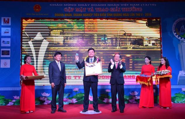 Ông Trần Ngọc Nguyên, Tổng giám đốc BSR nhận bằng khen doanh nghiệp xuất sắc tiêu biểu của UBND tỉnh Quảng Ngãi