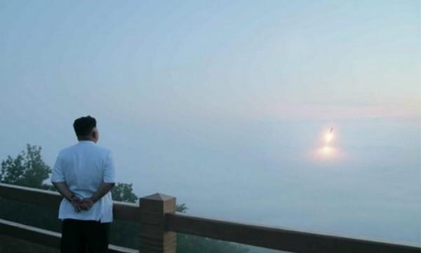 Lãnh đạo Triều Tiên Kim Jong-un thị sát một cuộc tập trận phóng tên lửa. Ảnh:KCNA