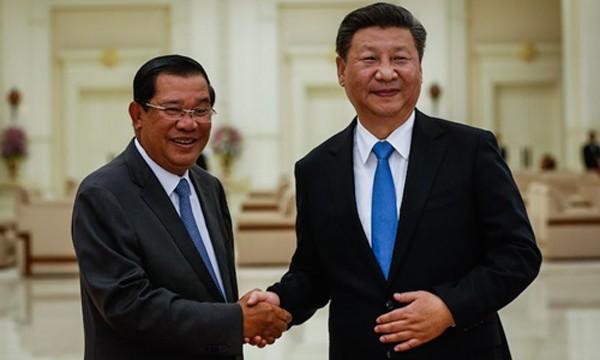 Chủ tịch Trung Quốc Tập Cận Bình (phải) hôm 13/10 bắt tay Thủ tướng Campuchia Hun Sen tại Phnom Penh. Ảnh: Cambodia Daily