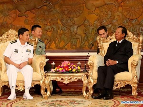 Phó Thủ tướng, Bộ trưởng Quốc phòng Campuchia Tea Banh (phải) tiếp Đại tá Wang Hongli của hải quân Trung Quốc. Ảnh: Xinhua.