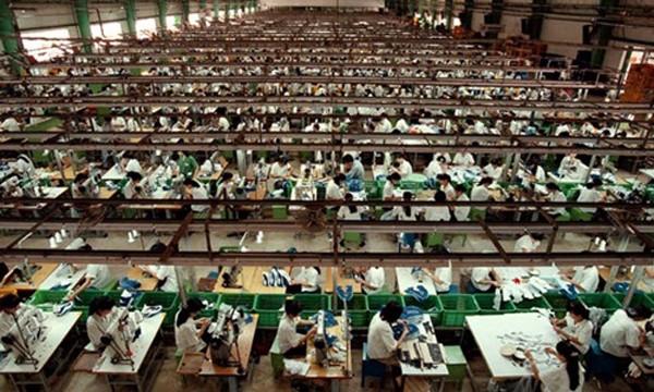 Công nhân làm việc trong một nhà máy dệt ở Việt Nam. Ảnh: Reuters
