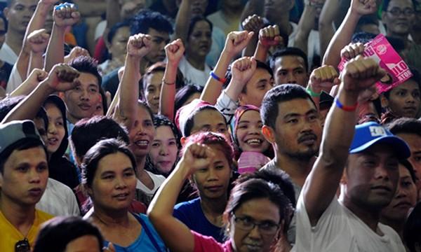 Người dân Philippines ủng hộ ông Rodrigo Duterte trong cuộc bầu cử tổng thống ngày 23/4. Ảnh: AFP.