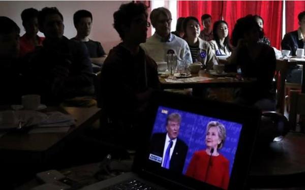 Người Trung Quốc tụ tập xem cuộc tranh luận giữa hai ứng viên tổng thống Mỹ. Ảnh:SCMP