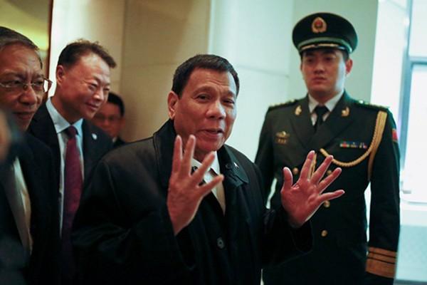 Ông Rodrigo Duterte (giữa) hôm qua tại một khách sạn ở Bắc Kinh, thủ đô Trung Quốc. Ảnh: Reuters