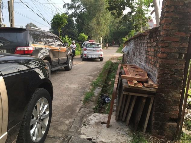 Nhà thầu ở Hà Nội trên đường đến Ban QLDA&XDHT đất dịch vụ huyện Bình Xuyên (Vĩnh Phúc) để nộp HSDT đã bị taxi và xe máy vây quanh chặn đường (Ảnh do nhà thầu cung cấp)