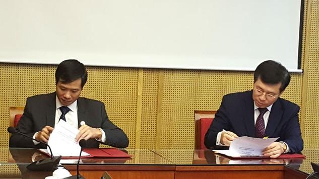 Ông Nguyễn Đăng Trương, Cục trưởng Cục Quản lý đấu thầu (bên trái) và ông Chung Yangho, Cục trưởng Cục Mua sắm công Hàn Quốc ký Biên bản ghi nhớ. Ảnh: Thanh Tuấn