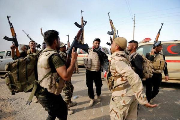 Lính Iraq ăn mừng sau khi giải phóng một ngôi làng ở ngoại ô Mosul. Ảnh: Reuters.