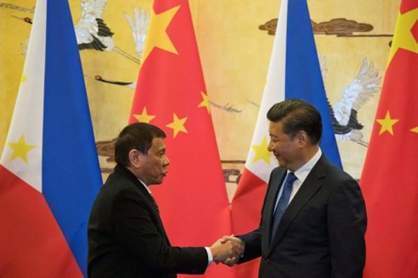 Tổng thống Philippines hôm nay bắt tay với Chủ tịch Trung Quốc tại Bắc Kinh. Ảnh:Reuters