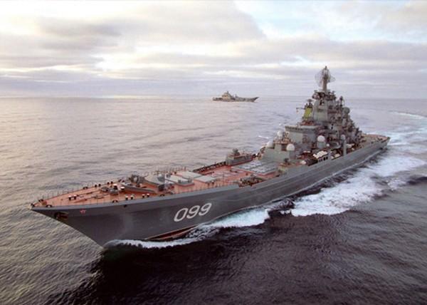 Tuần dương hạm Peter Đại đế trong cuộc tập trận cùng tàu sân bay Đô đốc Kuznetsov. Ảnh: yandex.ru.