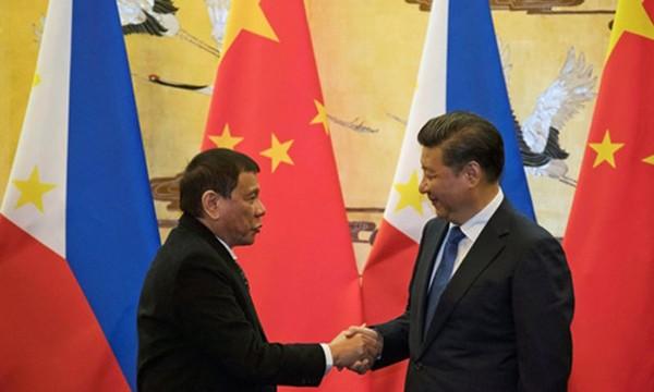 Ông Duterte gặp ông Tập Cận Bình trong chuyến công du tới Trung Quốc. Ảnh:Reuters.