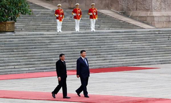 Tổng thống Rodrigo Duterte và Chủ tịch Trung Quốc Tập Cận Bình tại Bắc Kinh hôm qua. Ảnh: Reuters