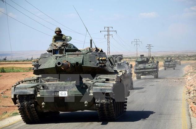 Xe tăng của quân đội Thổ Nhĩ Kỳ trong chiến dịch truy quét phiến quân IS gần làng al-Waqf của Syria. (Nguồn: AFP/TTXVN)