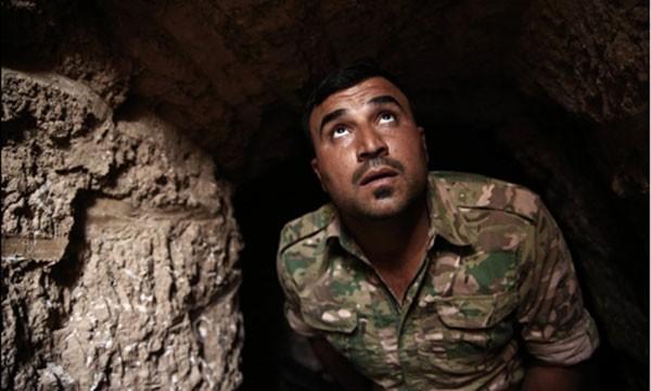Một binh sĩ người Kurd kiểm tra lối vào một đường hầm IS xây dựng ở thị trấn Badana, phía đông Mosul, nơi vừa được giải phóng. Ảnh: AP