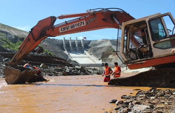 Lực lượng cứu hộ tìm kiếm thi thể công nhân mất tích trong sự cố thuỷ điện Sông Bung 2. Ảnh: Sơn Thuỷ