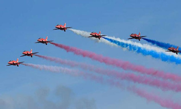 Một màn trình diễn của phi đội Red Arrows. Ảnh: AFP
