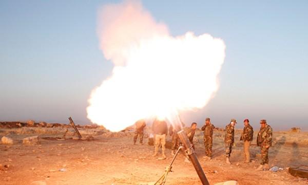 Lực lượng người Kurd tấn công vào vị trí của IS tại thị trấn Naweran, gần Mosul. Ảnh: Reuters