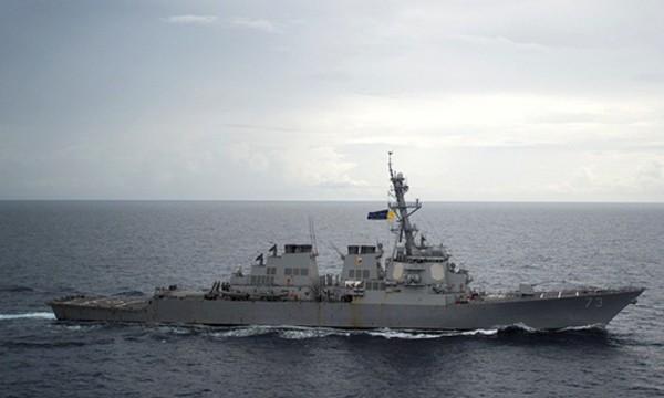 Tàu khu trục USS Decatur của Mỹ hoạt động tại Biển Đông hôm 13/10. Ảnh: Reuters