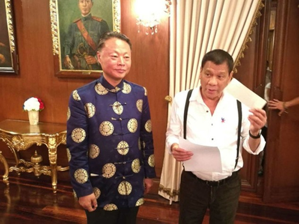 Đại sứ Trung Quốc tại Philippines Zhao Jinhua (trái) đứng cùng Tổng thống Rodrigo Duterte trong bức ảnh do đại sứ quán Trung Quốc công bố ngày 24/10. Ảnh:Rappler.