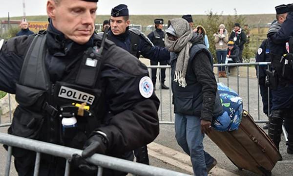 Hơn 1.200 cảnh sát giám sát việc di dời người di cư. Ảnh: AFP