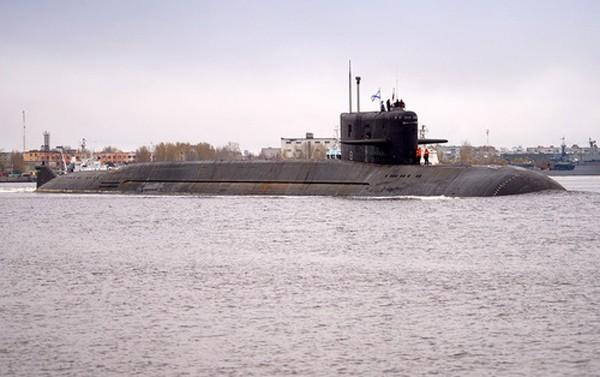 """Tàu ngầm BS-64 """"Moscow"""" khi rời cảng. Ảnh:Oleg Kuleshov."""