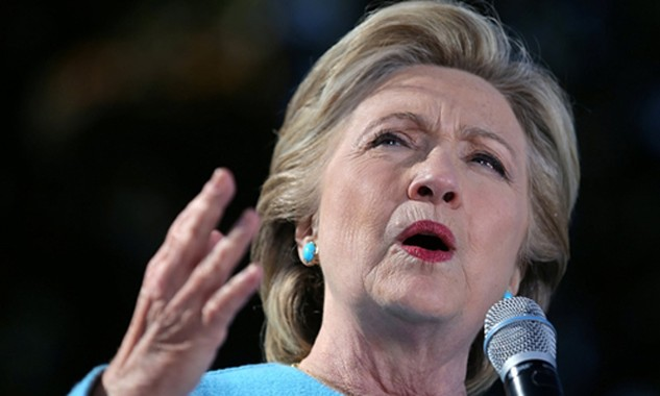 Bà Clinton chỉ trích gay gắt ông Trump trong cuộc mít tinh tại New Hampshire, Mỹ hôm 24/10. Ảnh: Reuters.