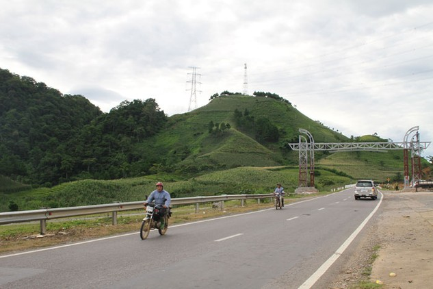 Một trong những nhiệm vụ của Dự án Quản lý tài sản đường bộ Việt Nam là khôi phục, bảo trì một số đoạn tuyến trên QL6. Ảnh: Nhã Chi