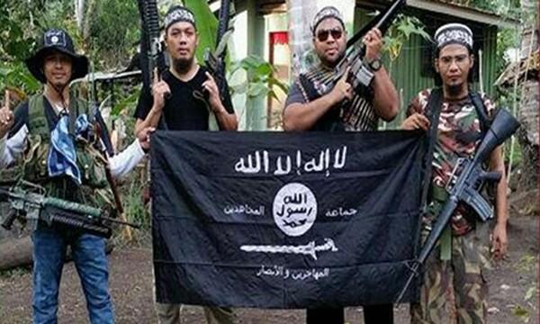 Nhóm phiến quân Abu Sayyaf ở Philippines chụp ảnh với cờ Nhà nước Hồi giáo. Ảnh:Strait Times.