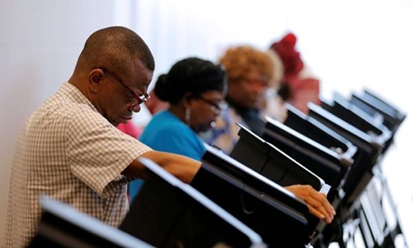 Cử tri Mỹ bỏ phiếu sớm tại thành phố Charlotte, bang North Carolinam ngày 20/10. Ảnh: Reuters.
