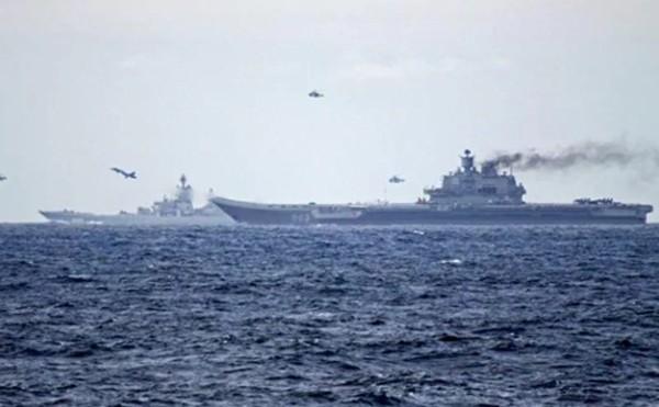 Tàu sân bay Nga Kuznetsov và tàu tuần dương Peter Đại đế trong bức ảnh chụp tuần trước. Ảnh: Hải quân Na Uy