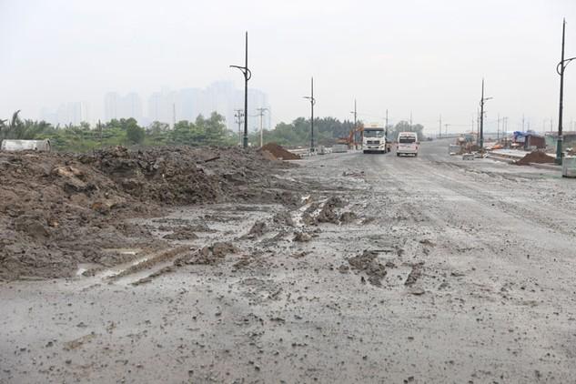 Các phương tiện bên ngoài chở đất, bùn vào đổ trong dự án của Công ty Đại Quang Minh trong Khu đô thị mới Thủ Thiêm, TP.HCM. Ảnh: Gia An