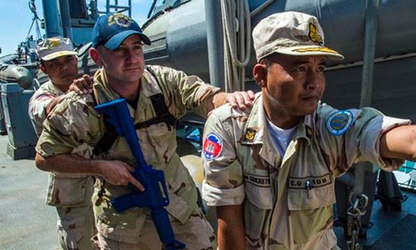 Binh sĩ Mỹ và Campuchia tham gia cuộc tập trận chung CARAT năm 2014. Ảnh: US Navy