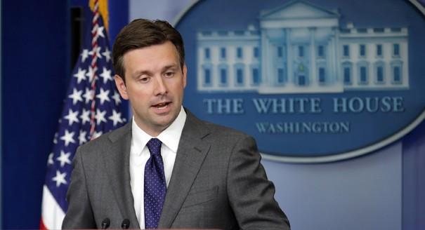 Thư ký báo chí Nhà Trắng Josh Earnest (Ảnh: Politico)