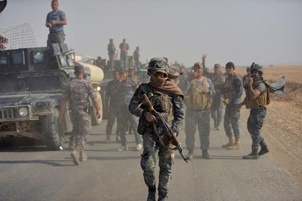 Cảnh sát liên bang Iraq tham gia chiến dịch diệt phiến quân Nhà nước Hồi giáo ở phía nam Mosul ngày 26/10. Ảnh: Reuters.