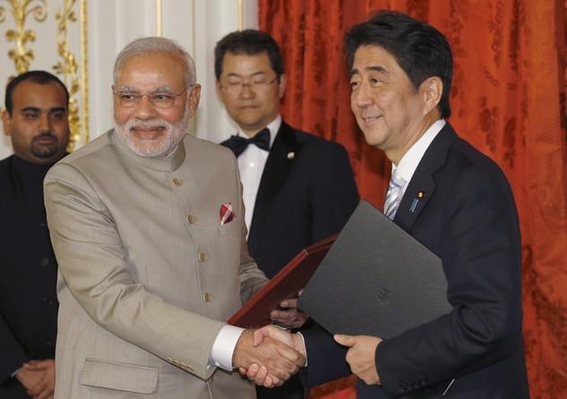 Thủ tướng Abe và người đồng cấp Modi. (Ảnh: AFP)