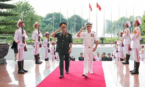 Đô đốc Harris và Trung tướng Phan Văn Giang, Tổng Tham mưu trưởng Quân đội Việt Nam. Ảnh: ĐSQ Mỹ tại Việt Nam