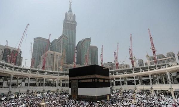 Các tín đồ Hồi giáo vây quanh Kaaba, điện thờ linh thiêng nhất trong đạo Hồi nằm trong Đại giáo đường ở Mecca, Arab Saudi. Ảnh: AP