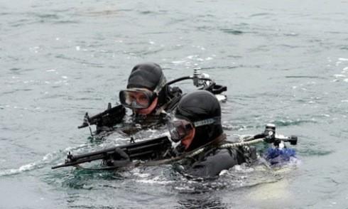 Đặc nhiệm người nhái Nga diễn tập chiến đấu dưới nước