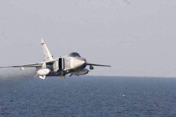 Su-24 Nga bay trên tàu chiến Mỹ hoạt động ở biển Baltic hồi tháng 4. Ảnh: AFP