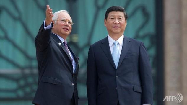 Thủ tướng Malaysia Najib Razak (trái) và Chủ tịch Trung Quốc Tập Cận Bình ở bên ngoài văn phòng của Thủ tướng Razak tại Putrajaya (Ảnh: AFP)