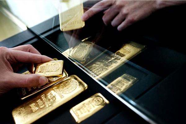 Giá vàng phiên cuối tuần có lúc tăng 1% giá trị chỉ trong một giờ đồng hồ. Ảnh:Bloomberg.
