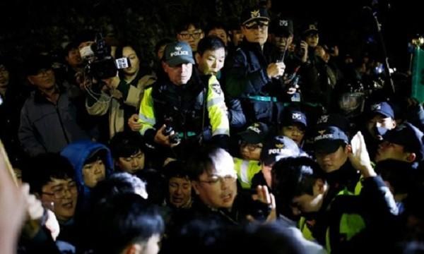 Cảnh sát chống bạo động Hàn Quốc chặn dòng người biểu tình khi đám đông cố gắng tiến về phía phủ tổng thống. Ảnh: Reuters