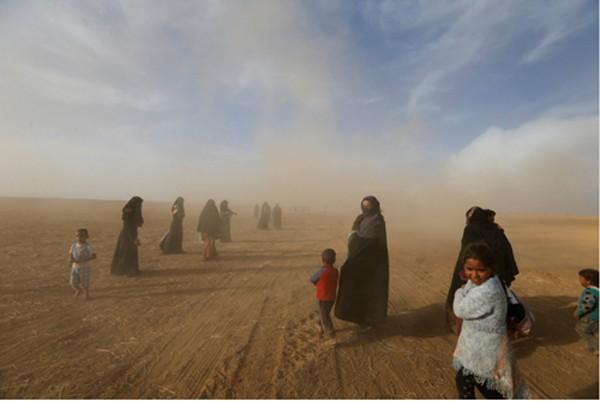 Người dân trở về ngôi làng của họ ở phía nam Mosul hôm 21/10 sau khi nó được giải phóng. Ảnh: Reuters
