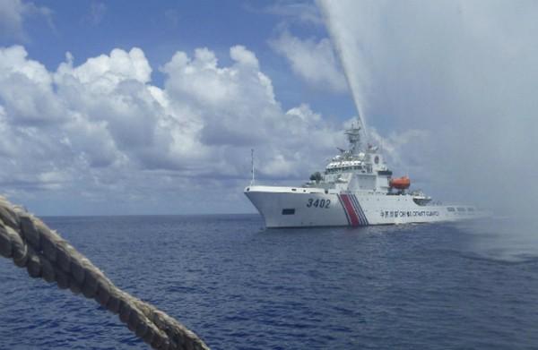 Tàu hải cảnh Trung Quốc đối đầu ngư dân Philippines tại bãi cạn Scarborough tháng 9/2015. Ảnh: AP
