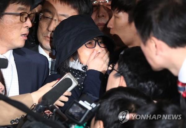 Bà Choi Soon-sil bị một rừng phóng viên bao vây khi tới văn phòng công tố Seoul để thẩm vấn hôm qua. Ảnh: Yonhap