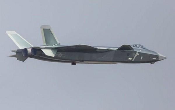 Tiêm kích J-20 biểu diễn tại triển lãm hàng không Chu Hải. Ảnh: Telegraph.