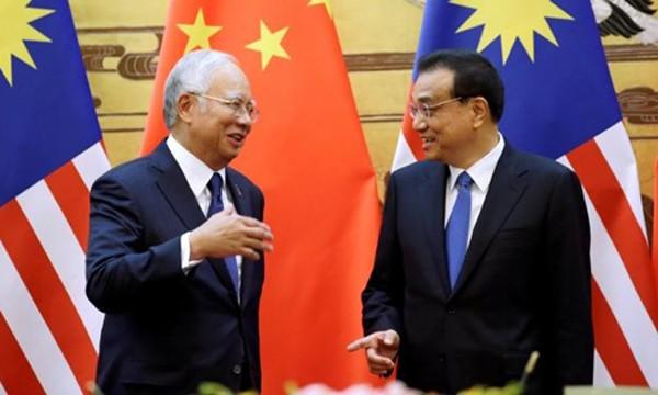 Thủ tướng Malaysia Najib Razak (trái) và người đồng cấp Trung Quốc Lý Khắc Cường trong cuộc gặp tại Bắc Kinh. Ảnh: Reuters.