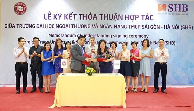 TS Ngô Thu Hà - Phó Tổng Giám đốc Ngân hàng SHB – và PGS. TS Bùi Anh Tuấn - Hiệu trưởng Đại học Ngoại thương - ký thỏa thuận hợp tác