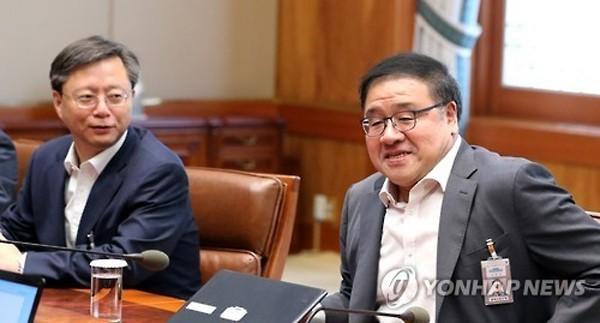 Ông Ahn Jong-beom (phải). Ảnh: Yonhap